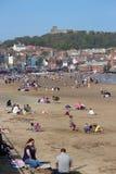 ARTYKUŁ WSTĘPNY: SCARBOROUGH plaża, YORKSHIRE, ANGLIA: NIEDZIELA 8TH MAY: Scarborough sezon wakacyjny Zaczyna Z Jasnymi niebieski Obrazy Stock