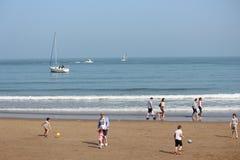 ARTYKUŁ WSTĘPNY: SCARBOROUGH plaża, YORKSHIRE, ANGLIA: NIEDZIELA 8TH MAY: Scarborough sezon wakacyjny Zaczyna Z Jasnymi niebieski Zdjęcia Stock