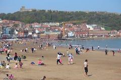 ARTYKUŁ WSTĘPNY: SCARBOROUGH plaża, YORKSHIRE, ANGLIA: NIEDZIELA 8TH MAY: Scarborough sezon wakacyjny Zaczyna Z Jasnymi niebieski Fotografia Stock