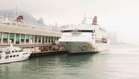 Artykuł wstępny - Zamyka up Duży Biały jacht na morzu Obraz Royalty Free