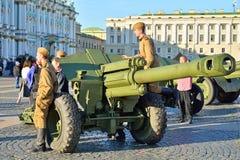 Artyleria żołnierze w mundurze podczas wielkiego Patrioti i pistolety zdjęcie stock