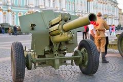 Artyleria z goździkami w baryłce na tle kumpel obraz stock