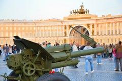 Artyleria z goździkami i antiaircraft pistoletami w backgroun Zdjęcie Stock