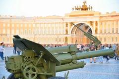 Artyleryjscy i przeciwlotniczy pistolety przy pałac obciosują przeciw th Zdjęcia Royalty Free