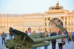 Artyleryjscy i przeciwlotniczy pistolety przy pałac obciosują w dniu fotografia royalty free