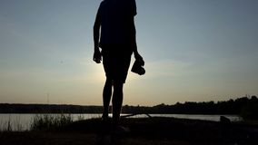 Artymann schießt ein goldenes sunpath auf einem See bei Sonnenuntergang in SlomO stock footage