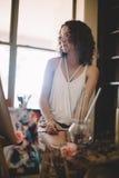 Artysta dziewczyny farb obrazek na kanwie w studiu Zdjęcie Stock