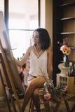 Artysta dziewczyny farb obrazek na kanwie w studiu Obraz Royalty Free
