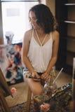 Artysta dziewczyny farb obrazek na kanwie w studiu Obraz Stock