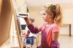 Artysta dziewczyny obrazu akwareli szkolny muśnięcie Fotografia Stock