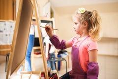 Artysta dziewczyny obrazu akwareli szkolny muśnięcie Obraz Royalty Free