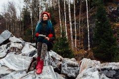 Artysta dziewczyny obrazu obsiadanie na skałach przy falezą, notepad Cudowny spadku widok Obraz Royalty Free