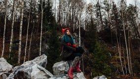 Artysta dziewczyny obrazu obsiadanie na skałach przy falezą, notepad Cudowny spadku widok Fotografia Stock