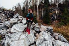 Artysta dziewczyny obrazu obsiadanie na skałach przy falezą, notepad Cudowny spadku widok Zdjęcia Royalty Free