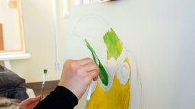 Artysta farby obrazują grafiki kanwę w sztuki studiu Zdjęcia Stock