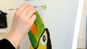 Artysta farby obrazują grafiki kanwę w sztuki studiu Obrazy Royalty Free