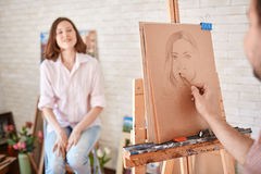Artysta Kreśli portret Piękny model w ołówku fotografia royalty free