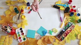 Artysta maluje jaskrawego żółtego słońce jesieni dzień zdjęcie wideo