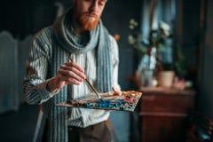 Artysta maluje kolory na palecie, sztuki studio Fotografia Royalty Free