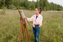 Artysta maluje obrazek w polu zdjęcia royalty free