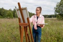 Artysta maluje obrazek w polu obraz royalty free