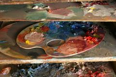 artysta maluje paletę Fotografia Stock