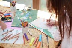 Artysta maluje pięknego kwiatu na prześcieradle papier zdjęcia stock