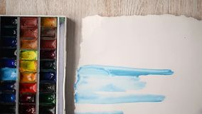 Artysta maluje z akwareli farbami na prześcieradle papier Ręki z muśnięciem w ramie zdjęcie wideo
