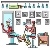 Artysta oferuje opcję tatuaż dla klienta pojęcia Wektorowy tatuażu sklep z ludźmi tło płaski retro styl Zdjęcia Royalty Free