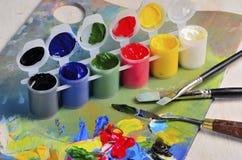 Artysta paleta z farbami i muśnięciami Zdjęcia Royalty Free