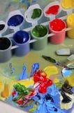 Artysta paleta z farbami i muśnięciami Obrazy Royalty Free