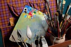 Artysta paleta z farbami i muśnięciami Fotografia Royalty Free