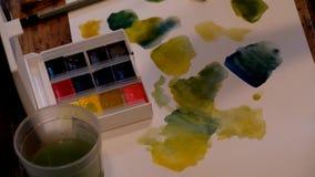 Artysta podnosi up farbę zbiory