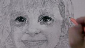 Artysta przy ocieniać troszkę dziewczyny z ołówka strzałem od zakończenia dosyć zbiory wideo