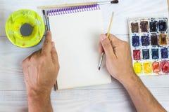 Artysta ręki, farby palety muśnięcia, różni kolory Mężczyzna rysuje Artysty ` s narzędzia dla istnej sztuki i inspiraci zdjęcie royalty free