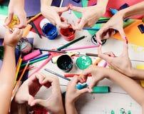 Artysta ręki z materiały i barwiącym papierem Upaćkany sztuki pojęcie obrazy stock