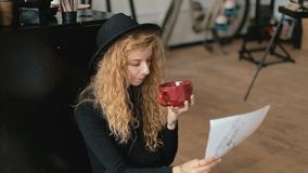 Artysta relaksuje z muzyką i kawą zbiory wideo