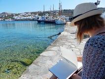 Artysta robi nakreśleniom w starym porcie na Mykonos wyspie Obraz Stock