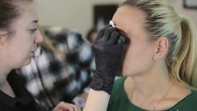 artysta robi wzoru, Zakończenie kobiety ` s ładna twarz Makijażu artysty rysunkowe brwi ładna dziewczyna z a zbiory wideo