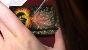 Artysta rysuje miniaturę ilustracji
