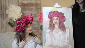 Artysta rysuje portret od natury Artysta rysuje portret od natury Spławowa kamery ostrość, kamera w ruchu zbiory