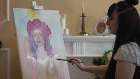 Artysta rysuje portret od natury Artysta rysuje portret od natury Spławowa kamery ostrość, kamera w ruchu zbiory wideo