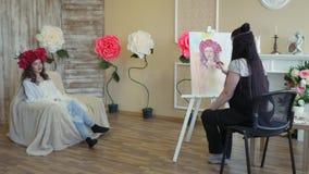 Artysta rysuje portret od natury Artysta rysuje portret od natury Spławowa kamery ostrość, kamera w ruchu zdjęcie wideo
