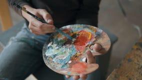 Artysta stawia farbę na palecie zdjęcie wideo