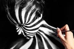 Artysta tworzy ciało sztukę na dziewczyny ciele zdjęcia stock