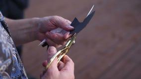 Artysta tworzy papierową rżniętą sylwetkę mężczyzna zbiory wideo