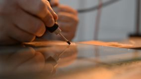 Artysta używa drewno i szkło Handmade używa świder zbiory