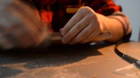 Artysta u?ywa drewno i szk?o Handmade u?ywa ?wider zdjęcie wideo