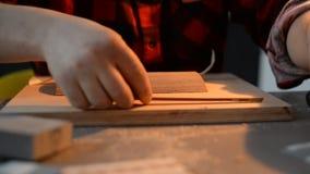 Artysta u?ywa drewno i szk?o Handmade u?ywa ?wider zbiory