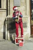 Artysta w Święty Mikołaj czerwonym kostiumu śpiewa elektrycznego guita i bawić się Zdjęcia Royalty Free